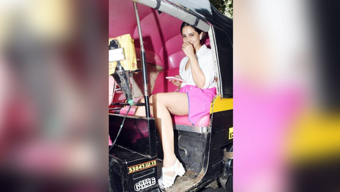 Instead of luxury car, this actress was roaming in auto, photo goes viral