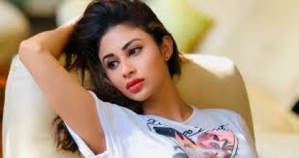 VIDEO: Mouni Roy's life was narrowly saved, Stone fell on the car from 11th floor