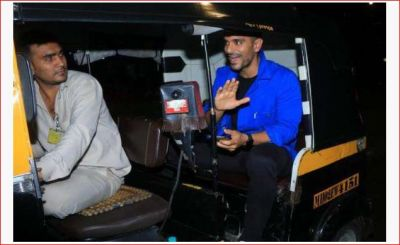 Angad Bedi left his luxury car and traveled in an auto, posed like this