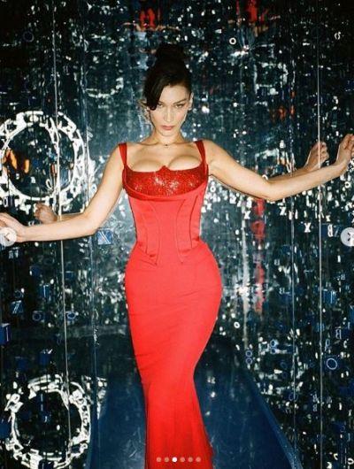 रेड ड्रेस में अपने हॉट क्लीवेज दिखाकर बेला हदीद ने बढ़ाया इंटरनेट का तापमान