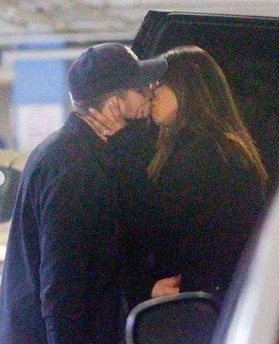 पार्किंग में ही एक-दूसरे को KISS करने लगे निक-प्रियंका, वायरल हुई तस्वीरें