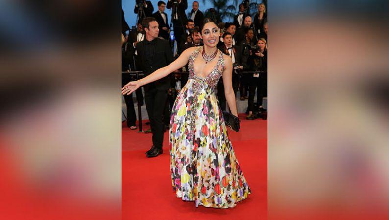 Cannes 2018 : कभी डांस करते हुए तो कभी किस करते हुए एंट्री हुई इस एक्ट्रेस की