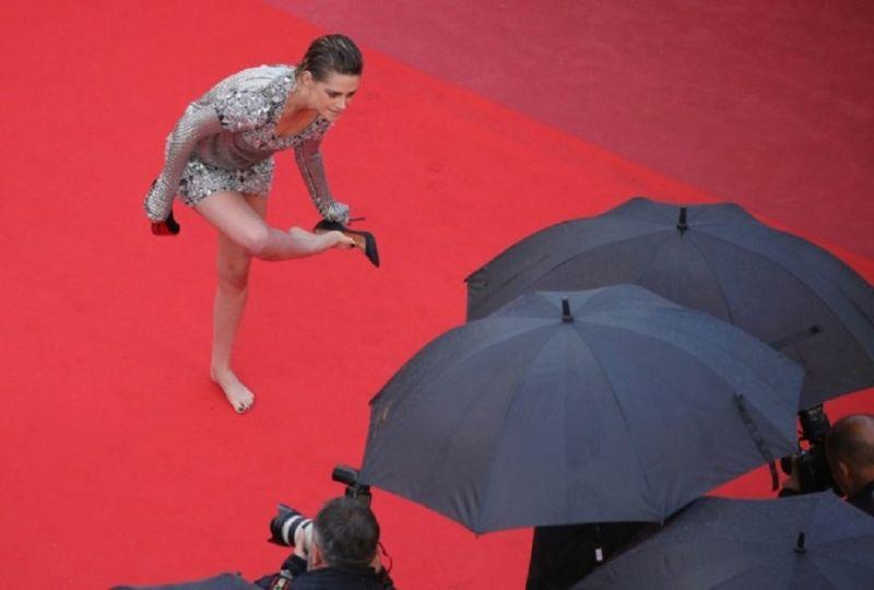 Cannes 2018 : रेड कारपेट नंगे पैर ही चलने लगी ये हॉलीवुड एक्ट्रेस