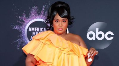 Lizzo carries the smallest little bag to the American Music Awards