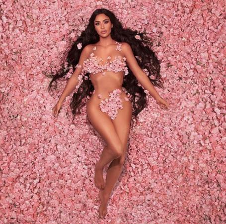 इस मॉडल ने फूलों से ढका अपना हॉट बदन, तस्वीरें देख आपकी भी सांसे थम जाएंगी