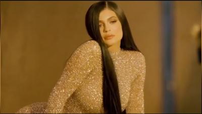गोल्डन ड्रेस में काइली ने शेयर किया बेहद खूबसूरत वीडियो