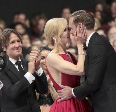 जब अपने पति के सामने हॉट एक्टर को KISS करने लगी ये मशहूर एक्ट्रेस