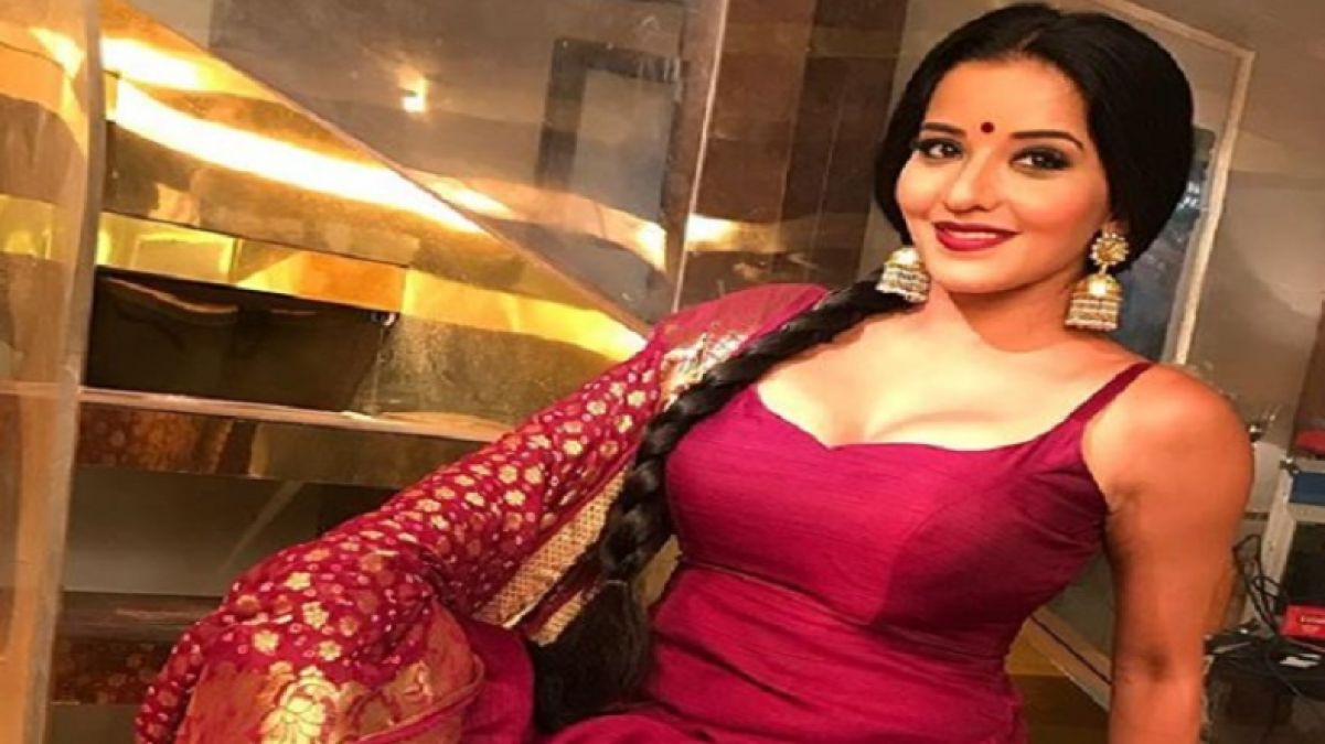 Monalisa sizzled in saree, her look made a splash on social media!