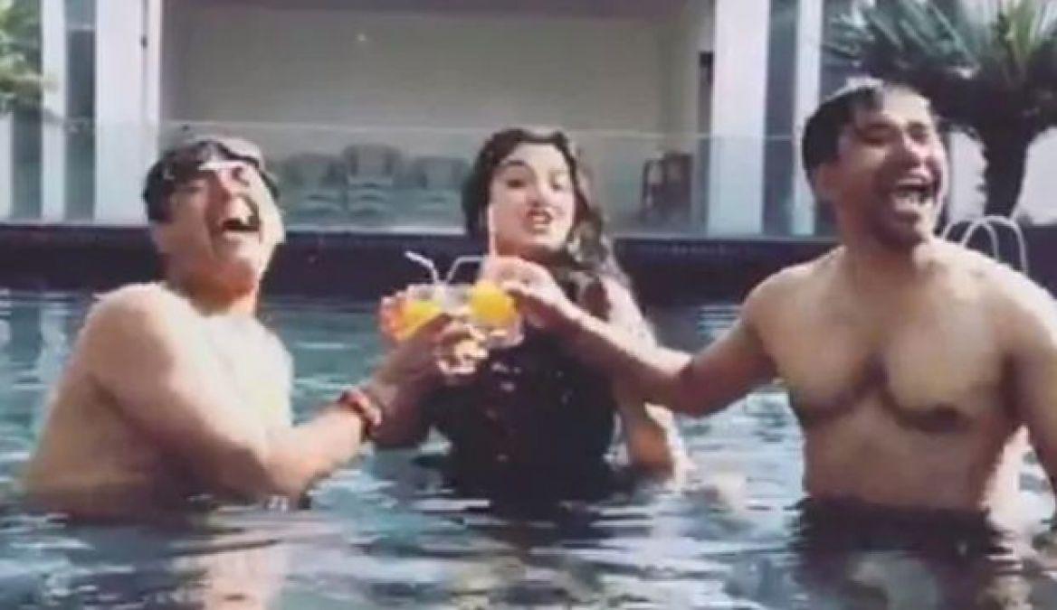 Nirhua, Ravi Kishan and Amrapali Dubey were seen in the same pool