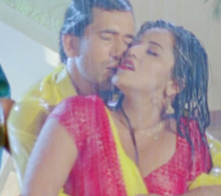 'मोनालिसा और निरहुआ' ने बारिश में की सारी हदे पार, वीडियो को मिली लोकप्रियता अपार