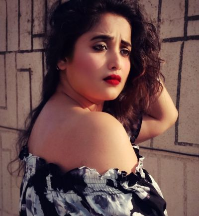 'Rani Chatterjee' Gave Sexy Pose In This Song, Fans get injured!