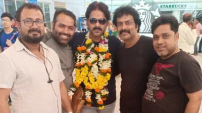 Bhojpuri Star 'Pawan Singh' welcomed at Mumbai airport