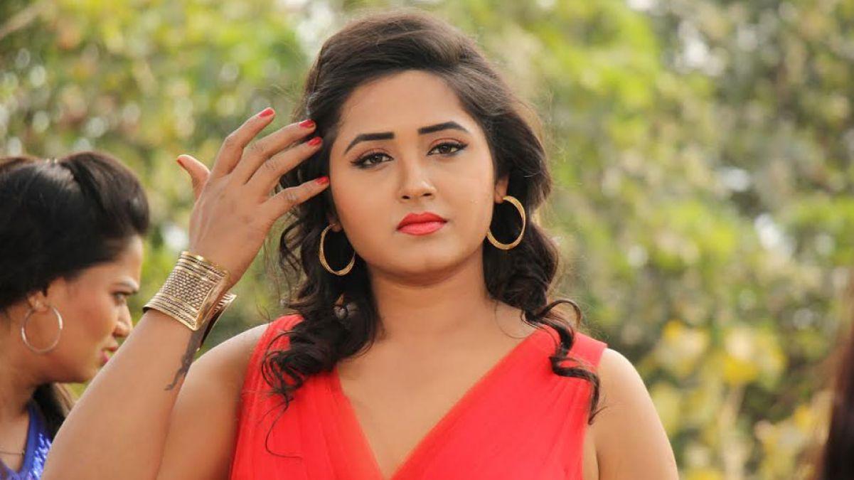 The actress gave a bold pose with 'Khesari Lal Yadav'!