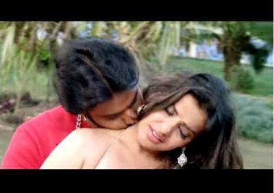 मधु को पवन सिंह ने किया जोरदार किस, 3 मिनट के वीडियो ने बरपाया कहर
