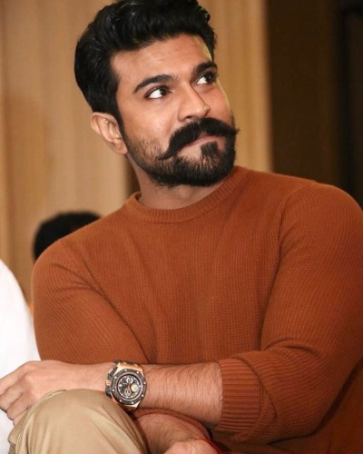 Ram Charan is seen posing with fans like Shah Rukh khan photo went viral
