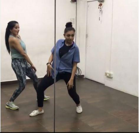VIDEO : दिलबर गाने पर मोनालिसा ने मटकाई कमर, देखते ही झूम उठेंगे आप