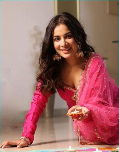 Punjabi singer Sara Gurpal celebrates Diwali in this style