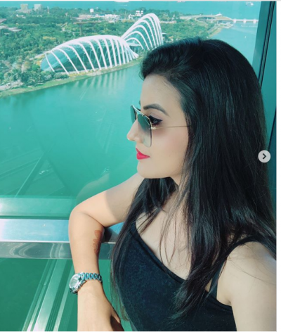 सिंगापुर की इन फोटोज में साफ़ झलक रही है अक्षरा की खूबसूरती, आई कमेंट्स की बाढ़