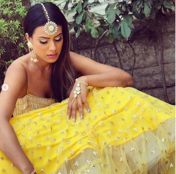लहंगा चोली पहनकर सेक्सी अदाए दिखाते नजर आईं निया शर्मा