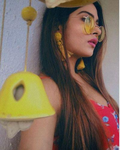 बिकिनी में अपनी सेक्सी बॉडी दिखाती नजर आई नागिन 3 की यह एक्ट्रेस