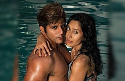 This actor Romanced with wife in water, Photos Are Going Viral!