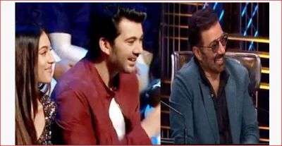 In front of Sunny Deol, host Karan Wahi asked such a question to Karan Deol that he was stunned!