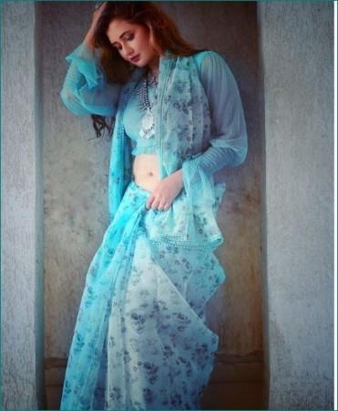 ब्लू साड़ी में रश्मि देसाई ने दिखाई ग्लैमरस अदाएं