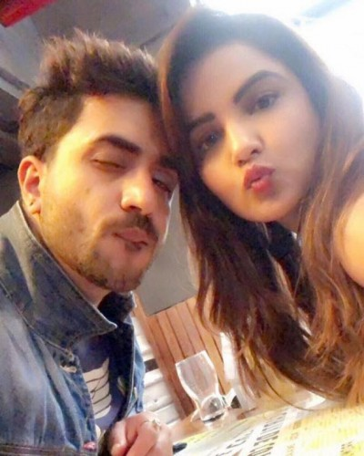 Jasmin Bhasin's shares adorable photo writing note 'miss you Aly'