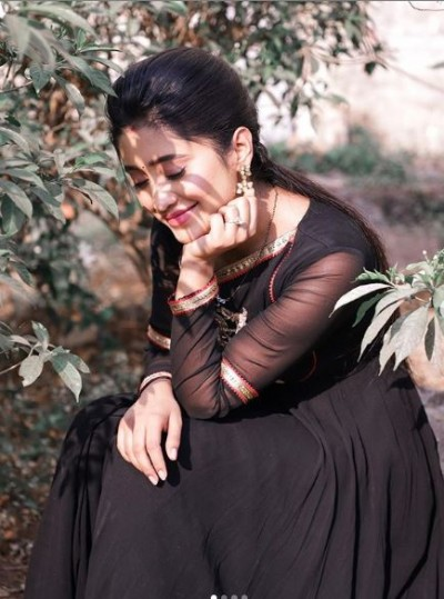 Shivangi Joshi gives special message to fans by sharing photos