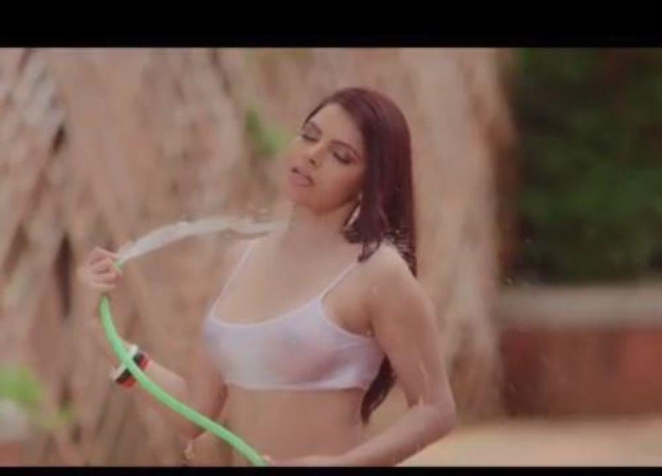 Video: कार धोते हुए नजर आईं शर्लिन चोपड़ा, भीगने पर दिखाए निजी अंग