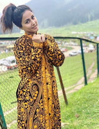 Hina Khan gets a beautiful jacket from her mother; wearing which she posed happily!