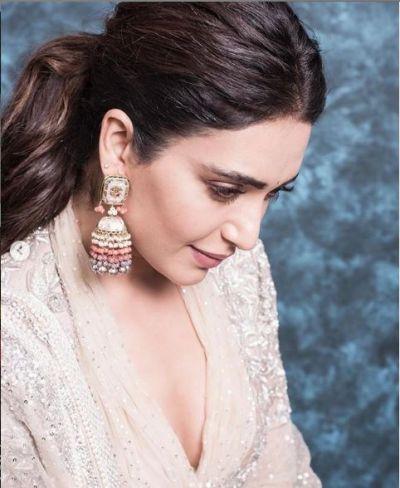 Karishma Tanna looked hot In traditional avatar