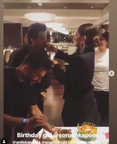 Video: पति से पहले पिता को सोनम ने खिलाया केक, लोग जमकर कर रहे तारीफ़