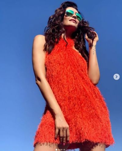Karishma Tanna raises heat by flaunting her sexy figure in Greece