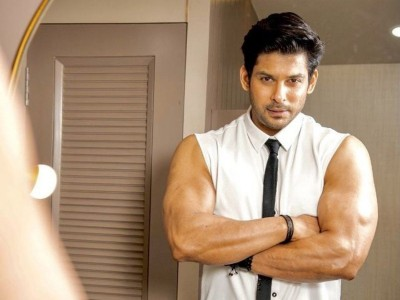 Sidharth Shukla teaches this actress to ride a bike, watch video here