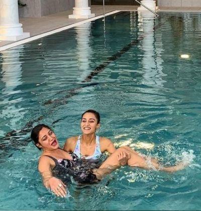पहली बार प्रेरणा और अनिका को बिकिनी में देख हैरान हुए फैंस, कर रहीं हैं पूल में एन्जॉय