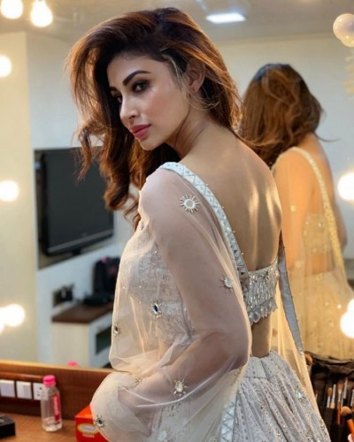 Mouni Roy shares chill-in bedroom pictures, fans go crazy