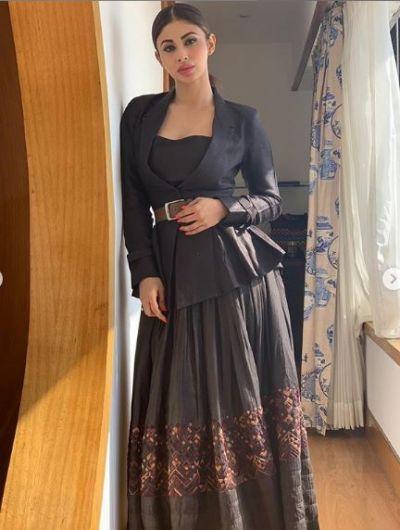 ब्लैक ड्रेस में बहुत खूबसूरत नजर आईं मौनी रॉय