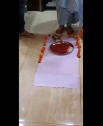 Video: कुछ इस अंदाज में हुआ शरद मल्होत्रा की नई-नवेली दुल्हन का गृह प्रवेश