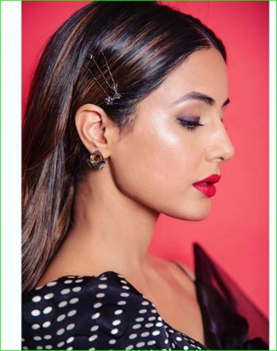 Hina Khan looked amazing in red lips and black dress