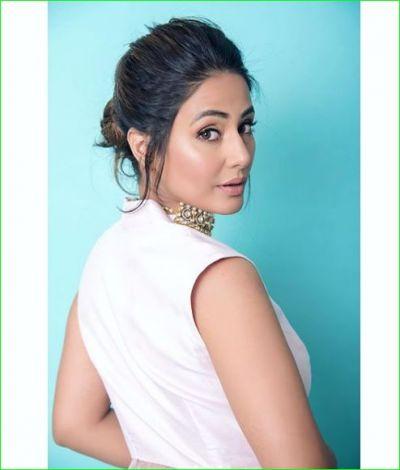 वाइट ड्रेस के साथ खूबसूरत चोकर पहनकर हिना खान ने बढ़ाया इंटरनेट का तापमान