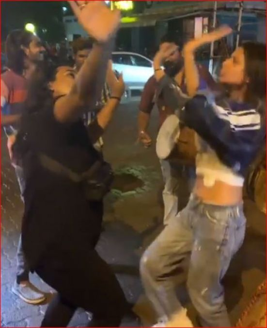 This hot actress danced fiercely on the streets on the arrival of Bappa, see the viral video!