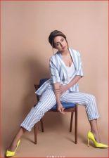नए फोटोशूट में डीप नेक से अपने सेक्सी क्लीवेज दिखाती नजर आईं हिना खान