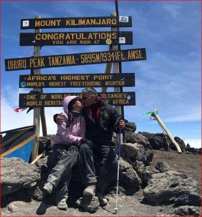अफ्रीका के सबसे ऊंचे पहाड़ पर जाकर इस एक्टर ने पत्नी को किया लिपलॉक और दी जन्मदिन की बधाई
