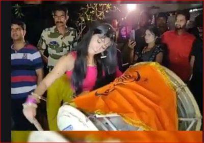 गणेश विसर्जन के दौरान नायरा ने जमकर बजाया ढोल, वायरल हो रहा वीडियो