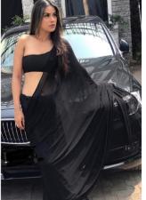ब्लैक ड्रेस पहनकर इंस्टाग्राम पर निया ने किया कला जादू