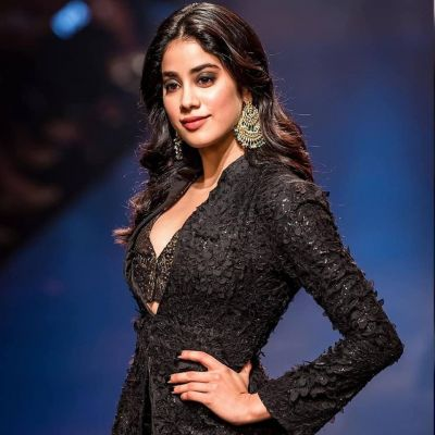 Janhvi Kapoor on street, check out the actress in a desi look carrying a poly bag in her hand