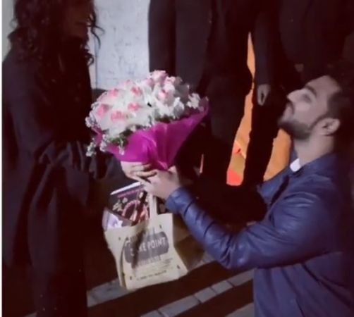Watch Video: A boy goes down on his knees to make the Valentine's Day of Single Neha Kakkar's