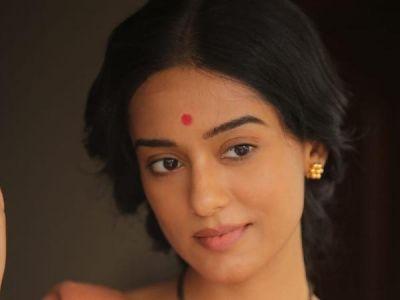 Amrita Rao's look from Thackeray is out, she nails the look of Meena Tai Thackeray