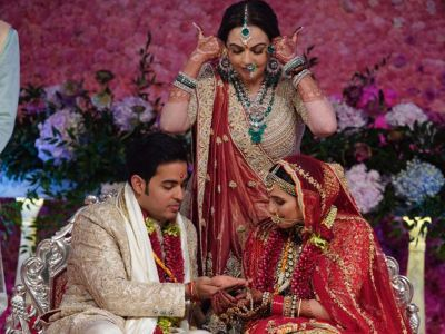 Video: Akash Ambani putting Sindoor on the head of Shloka Mehta,check it out here